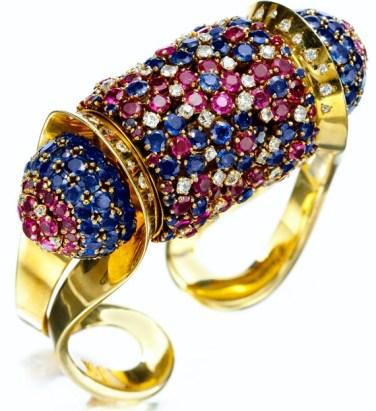 """Bracelet """"Rouleau"""" 1945. Saphirs, Rubis, Diamants, Or. En Vente chez FD Gallery New York."""