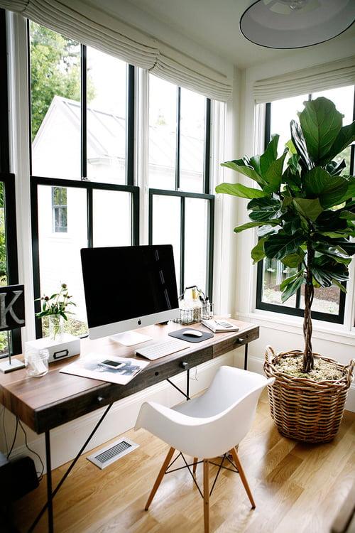 bureau devant fenêtre