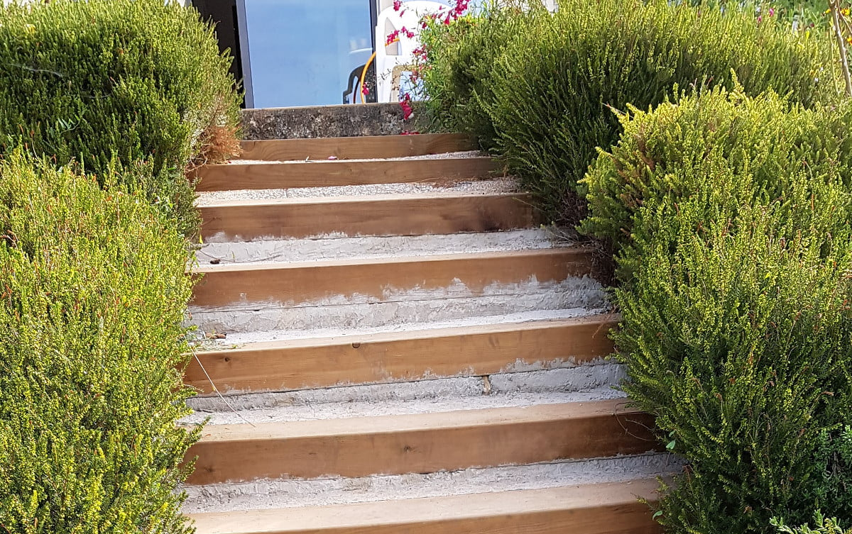 Sceller Traverse De Chemin De Fer rénover un escalier extérieur en traverses de chemin de fer