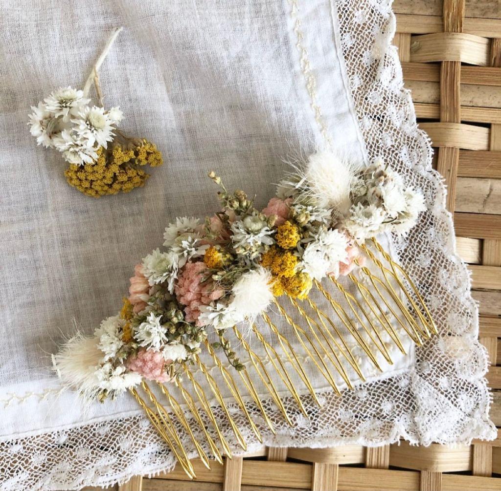 pente de cabelo decorado com flores secas