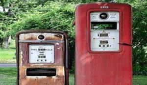 Photo d'une vielle station service de couleur rouge délavée laissant supposer un environnement abandonné