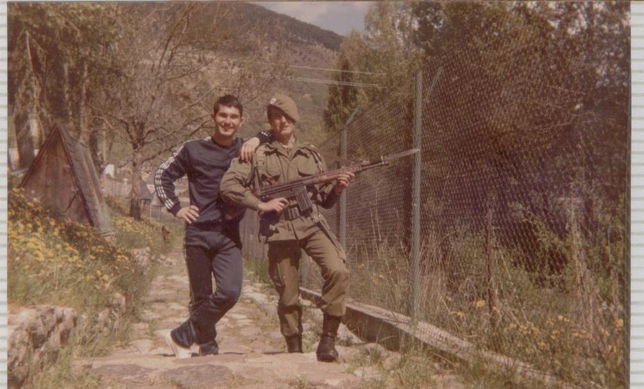 Juan Carlos Garcia Fincas de guardia el el pilon de truchas. Las guardias se hacian con el cargador de 20 cartuchos(sin fogueo) y la bayoneta puesta, que por cierto pesaba un monton.