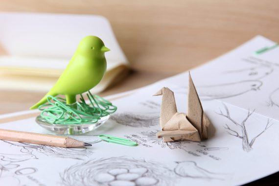 porta clipes verde em forma de pássaro