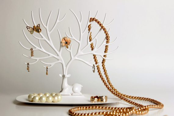 suporte para acessórios em forma de veado branco com colares e brincos