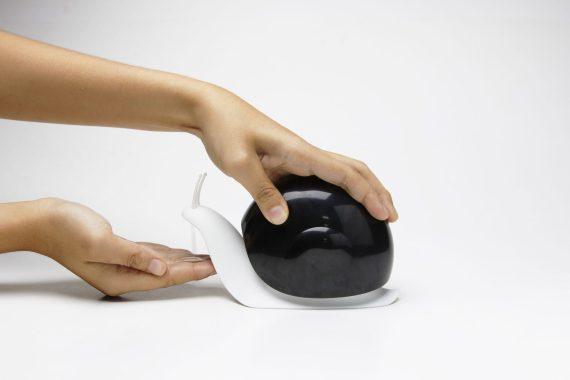 doseador sabonete em forma de caracol preto e branco
