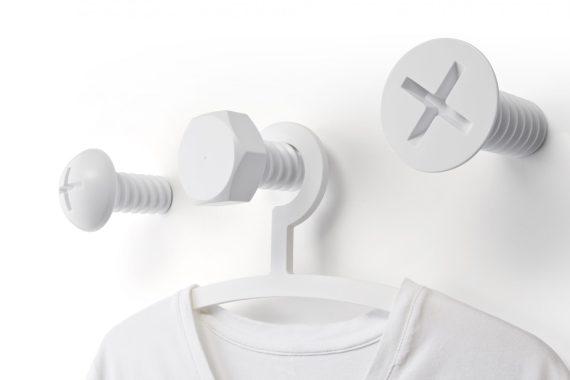 cabides de parede em forma de três parafusos gigantes brancos