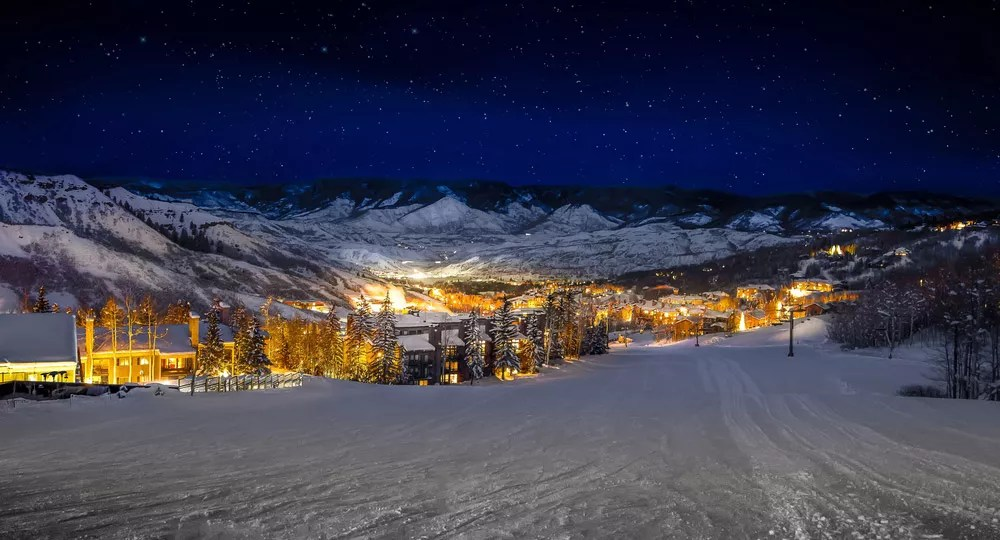 11 Best Christmas Towns in America via @extraspace