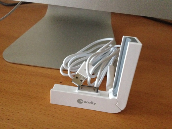 20120717 224701 Reviewed : MacAlly L Dock Foldable iPhone Synch / Charging Dock3
