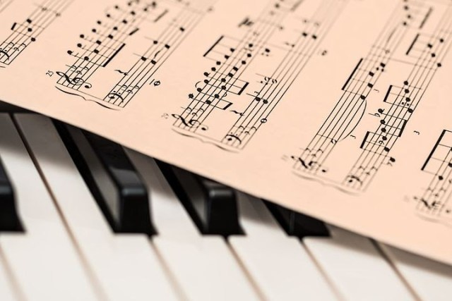 https://pixabay.com/photos/piano-sheet-music-music-keyboard-1655558/