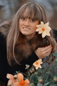 beautiful girl portrait 4604201 1920 199x300 - DENTS BLANCHES - Remède naturel aux huiles essentielles