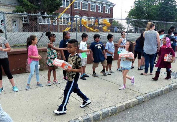 Washington 'human chain' of students delivers smiles, food to local pantry