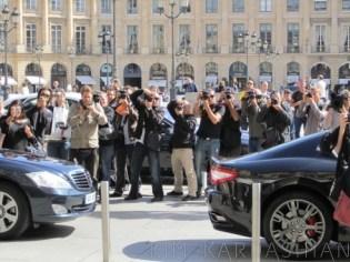 Kim Kardashian postou em seu blog essa foto que ela tirou de paparazzi que a cercavam em Paris. Para muitos americanos, essa superexposição de celebridades está passando dos limites