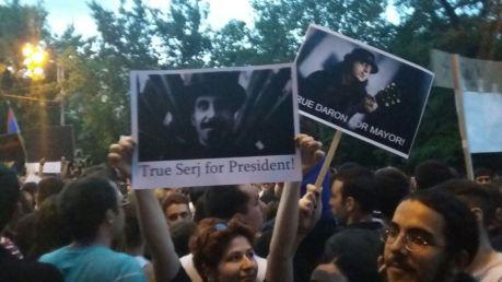 Com bom humor, manifestantes pedem Serj Tankian para presidente e Daron Malakian para prefeito de Yerevan. Foto: Heitor Loureiro