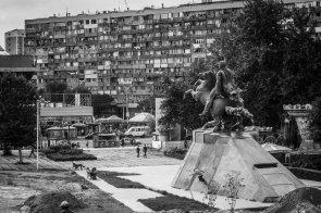 Kirill Korobkov - Wallride nas paredes da estátua do herói armênio Antranig em Yerevan, capital da Armênia © ALEXEY LAPIN