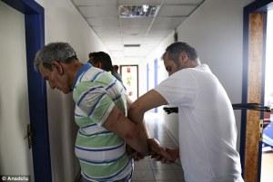 Os detidos, incluindo Ozturk, foram reunidos e tinham as mãos amarradas pela polícia com braçadeiras.