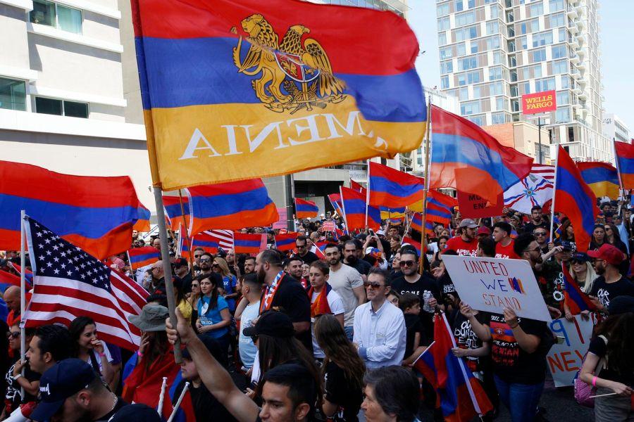 Manifestantes em Los Angeles em 24 de abril, em comemoração ao assassinato de 1,5 milhão de armênios pelo Império Otomano. (Damian Dovarganes / AP)