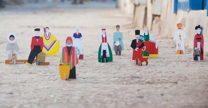 Personas de diferentes nacionalidades, juguetes hechos de cartón