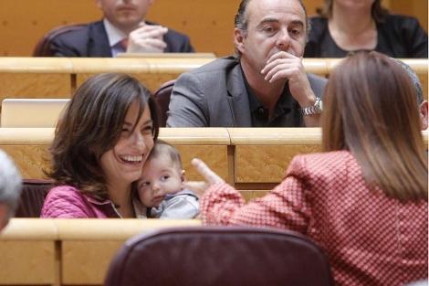 Yolanda Pineda con su bebé de dos meses en una sesión de control
