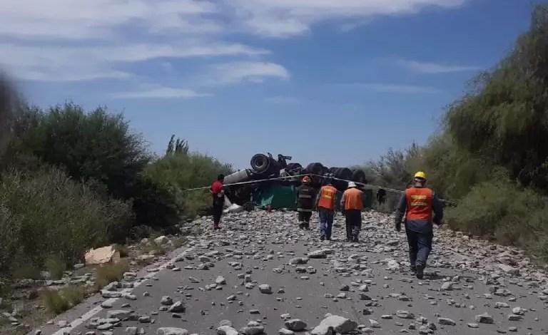 Photo of Volcó un camión en Sarmiento: murió su conductor