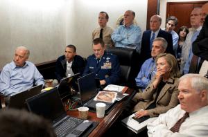 """Esta imagen histórica la tomó Pete Souza, fotógrafo de la Casa Blanca, el 1 de mayo de 2011 en la Sala de Emergencias y tiene un nombre propio de la era cibernética: P050111PS-0210, y ha sido vista y enviada millones de veces por toda la red en todo el mundo. En ella se ven sentados, de izquierda a derecha, al Vicepresidente Joe Biden, Presidente Barack Obama, General de Brigada Marshall B. """"Brad"""" Webb, Ayudante del General que ordena el Mando Conjunto de Operaciones Especiales, Denis McDonough,  Asesor para la Seguridad Nacional, Hillary Rodham Clinton, Secretaria de Estado, y Robert Gates, Secretario de Defensa. De pie, de nueva cuenta de izquierda a derecha, Almirante Mike Mullen, Presidente del Estado Mayor Conjunto de los Estados Unidos, Tom Donilon, Consejero de Seguridad Nacional, William M. Daley, Jefe de Gabinete, Tony Blinken, Consejero de Seguridad Nacional del Vicepresidente, Audrey Tomason, Directora para Contraterrorismo del Consejo Nacional de Seguridad, una persona sin identificar con camisa beige, John O. Brennan, Ayudante del Presidente para la Seguridad de la Patria y Contraterrorismo, James R. Clapper, Director del Centro de Inteligencia Nacional, un hombre con traje negro y corbata blanca que después sería definido como """"John"""", analista de la CIA, que fue el primero que escribió en verano de 2010 que la Agencia Central de Información podría tener una pista legítima sobre el paradero de Osama Bin Laden. Todos siguen a detalle la operación en contra del enemigo más buscado de Estados Unidos."""