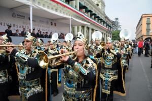 En ocasiones, el cielo es el límite para la imaginación de los participantes de los desfiles cívicos militares de Xalapa. A la rigidez estética del ejército y la marina, los xalapeños se tornan modernos guerreros aztecas de una neobigbangintergaláctica. En efecto, la imagen es de este año, ellos y ellas llegaron desde una lejana galaxia para conmemorar el triunfo de Zaragoza sobre las tropas invasoras francesas.