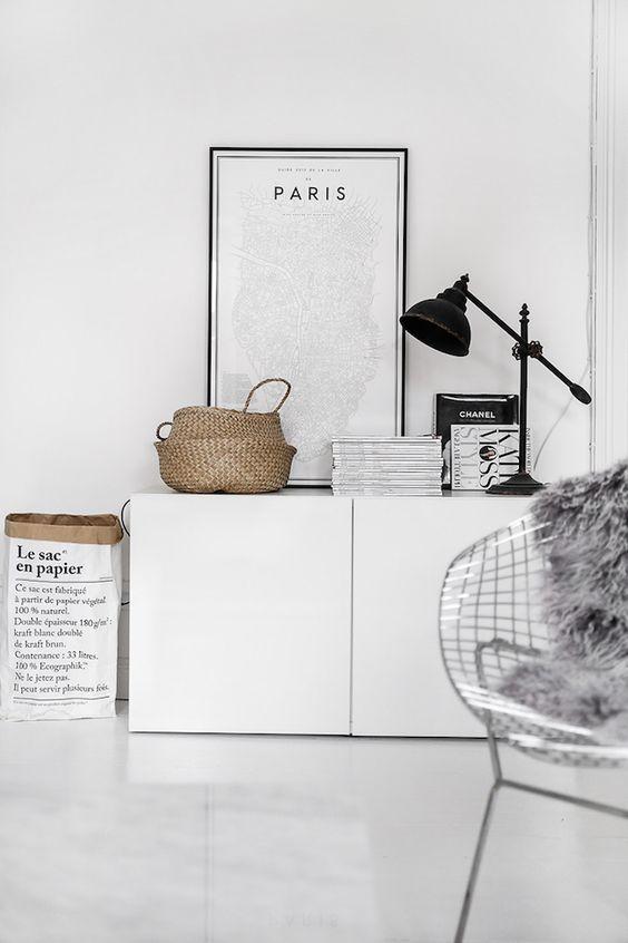 Decorar las paredes cuadros sobre muebles