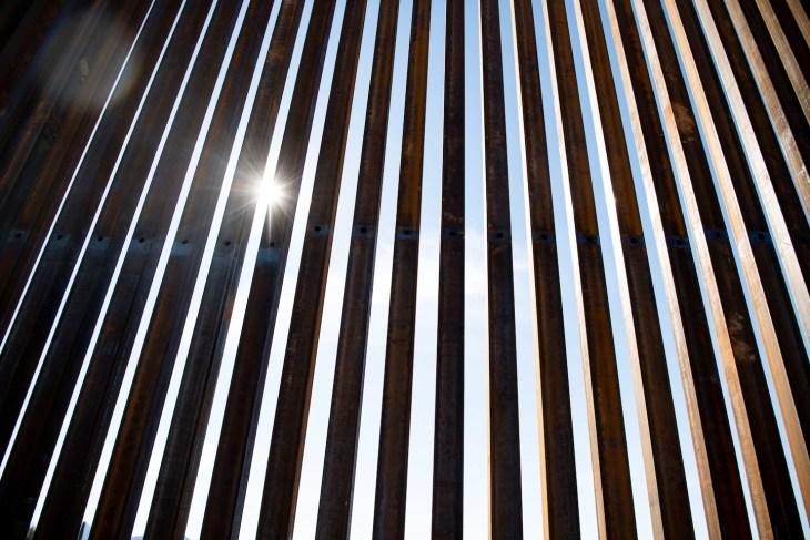 Una nueva sección de la valla fronteriza se encuentra en el Monumento Nacional Organ Pipe Cactus en Lukeville, Arizona.
