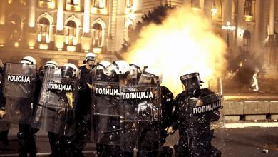 Foto de 60 personas resultan heridas durante protesta por nuevas restricciones sanitarias en Belgrado, Serbia