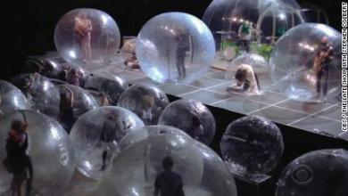 Foto de The Flaming Lips realizó un concierto con la banda y los fanáticos envueltos en burbujas de plástico.