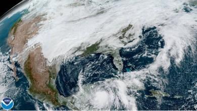 """Foto de """"Zeta"""" muy cerca de la península de Yucatán, con probabilidad de ser huracán en las próximas horas."""