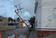 Foto de Poste de CFE A punto de caer!! en Dzilam