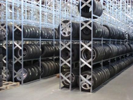 Almacén estanterías neumáticos