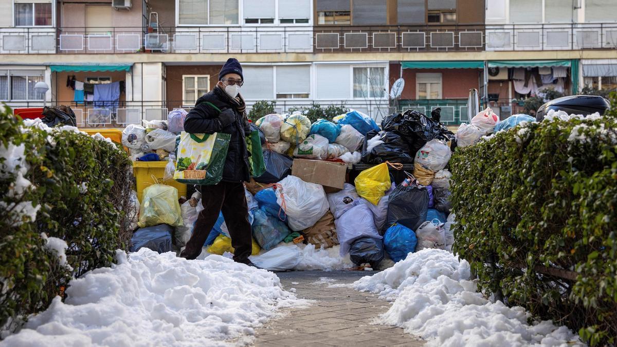 Madrid ha recogido 1.100 toneladas de basura tras días sin hacerlo por el  temporal