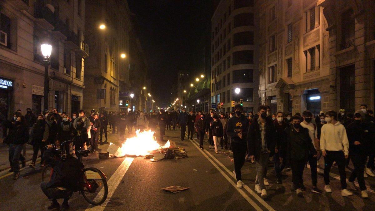 Pintadas a cajeros contra la policía e incendio de contenedores en Barcelona en la cuarta noche de protestas