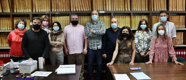 Funcionarios del Registro Civil, ante decenas de antiguos libros que resultan imprescindibles en su trabajo. // Alba Villar