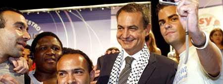 Zapatero se pone el pañuelo palestino en plena ofensiva israelí  (Imagen: Efe)