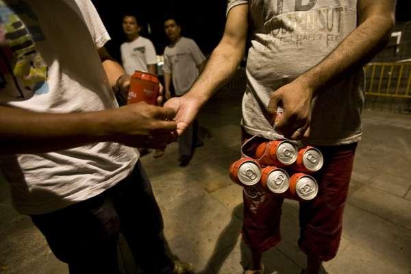 Un vendedor ambulante de bebidas alcohólicas en la Rambla.