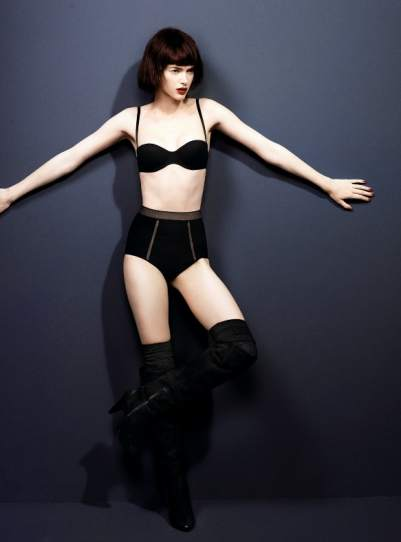 Modelo en negro de Andrés Sardá