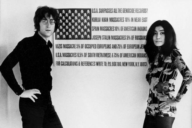 Foto de archivo de John Lennon con su esposa Yoko Ono.