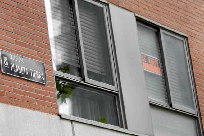 Imagen de archivo de un piso con el cartel de 'Se vende' en...
