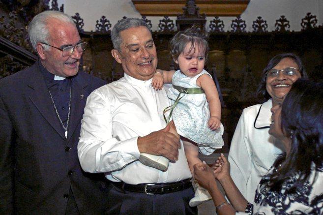 El sacerdote D. Evans, con su nieta en brazos