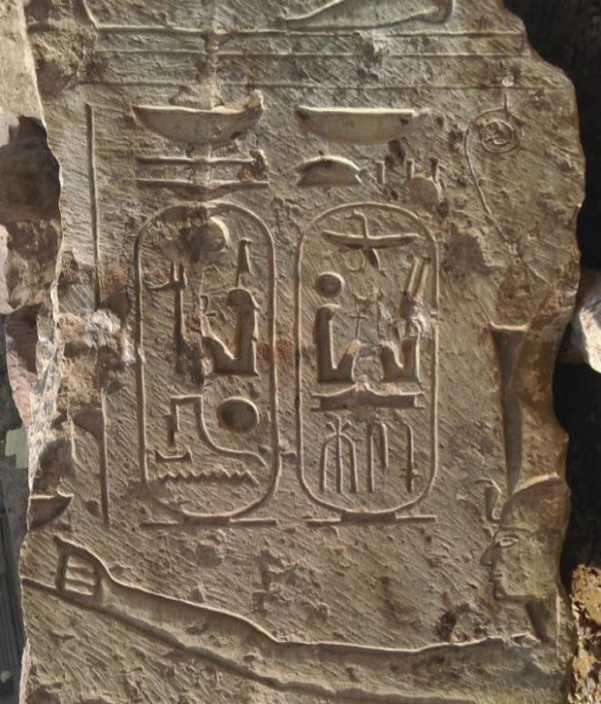 Fotografía facilitada por el Ministerio de Antigüedades egipcio de uno de los fragmentos de estatuas encontradas, EFE