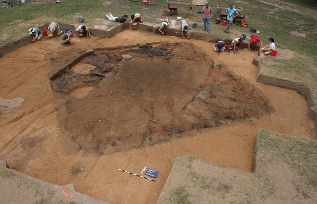 Arqueólogos excavan en el yacimiento donde se han hallado los restos del Fuerte San Juan. | Univ. de Michigan