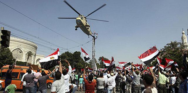Un helicóptero del ejército egipcio sobrevuela una protesta anti-Mursi. | Efe