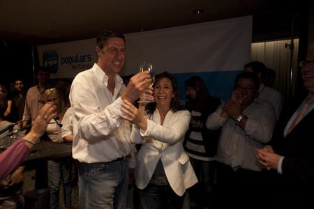 Xavier García Albiol brinda con la líder del PP catalán, Alicia Sánchez-Camacho, la noche de las elecciones municipales.