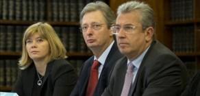 Los senadores Isabella del Monte, Felice Casson y Giuseppe Cucca, durante la reunión de la comisión, este viernes.