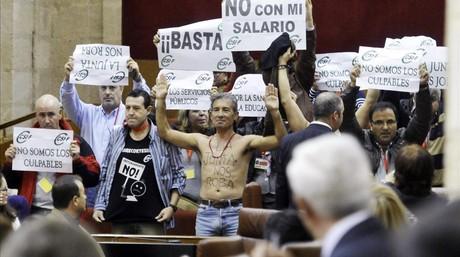 Protesta de funcionarios del CSIC en el pleno de presupuestos del Parlamento andaluz, este miércoles, 18 de diciembre. EFE / RAÚL CARO