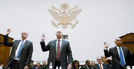 Los presidentes de las tres agencias, Stephen Joynt (Fitch), Raymond McDaniel (Moody's) y Deven Sharma (Standard), declarando en el Capitolio en octubre del 2008.
