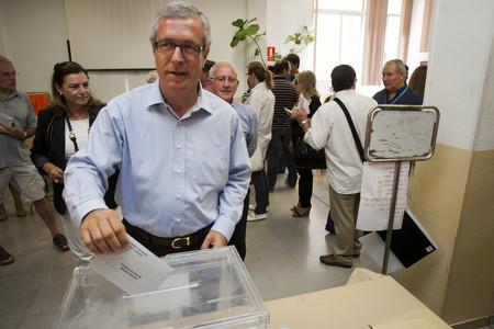 Josep Felix Ballesteros, candidato del PSC a la reelección como alcalde de Tarragona, vota en los comicios municipales del 22-M.