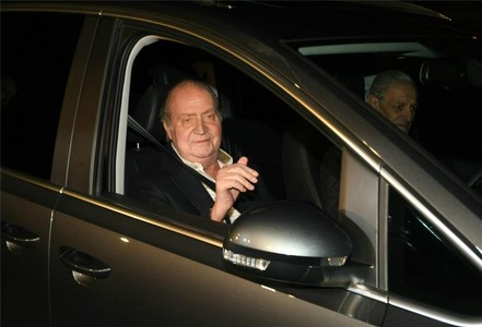 El rey Juan Carlos sale del hospital tras nueve días ingresado.